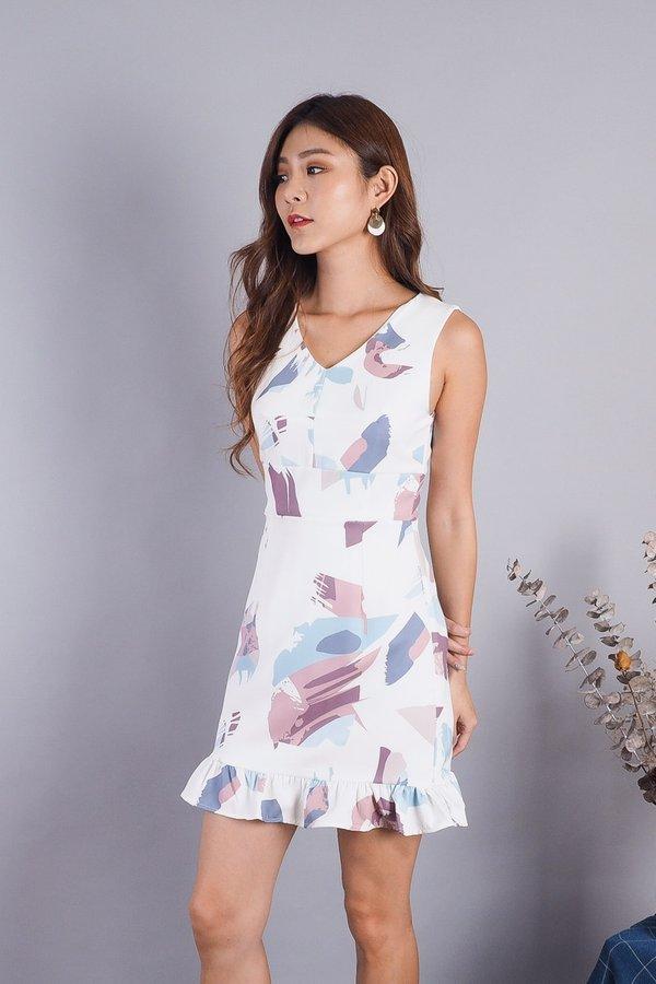 Tabby Abstract Ruffled Hem Dress in White [L]