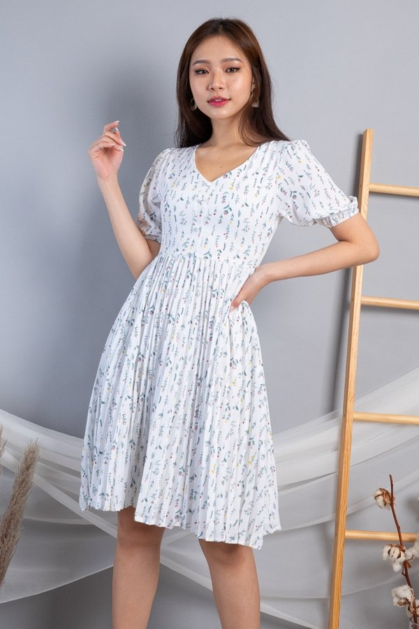 Wynn Buttons Down Pleated Dress in White Florals